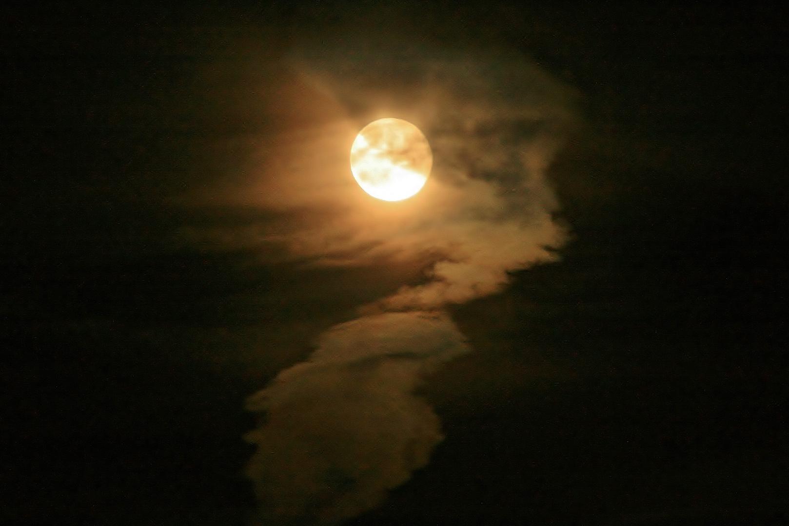 Mond hinter Chemtrails