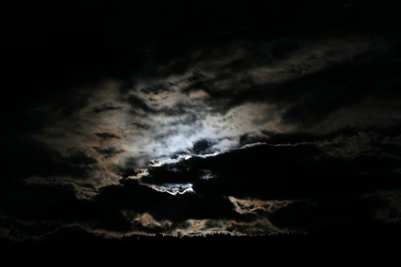 Mond hinter den Wolken