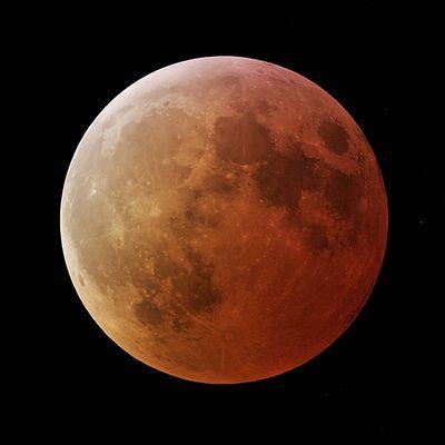 Mond im orangen Kleid