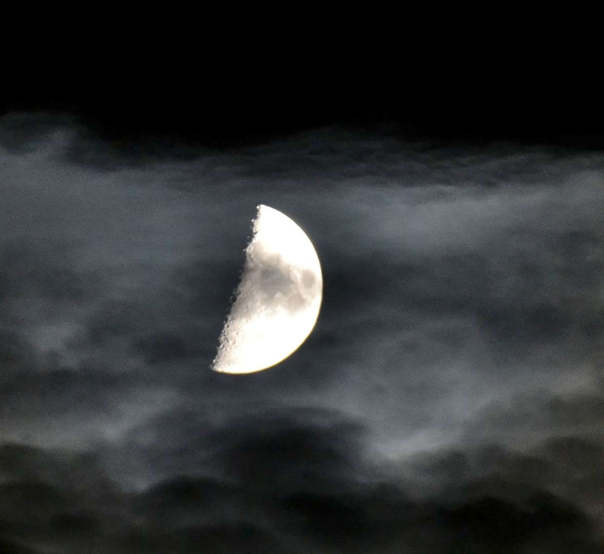 Mond im Wolkenkleid