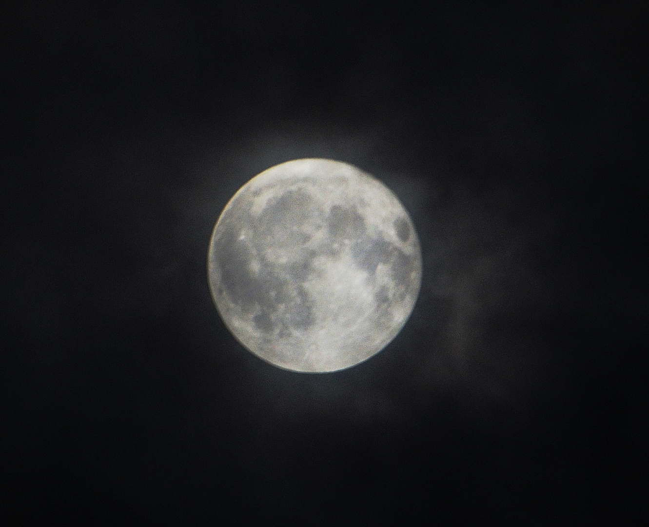 Mond im Wolkenschleier
