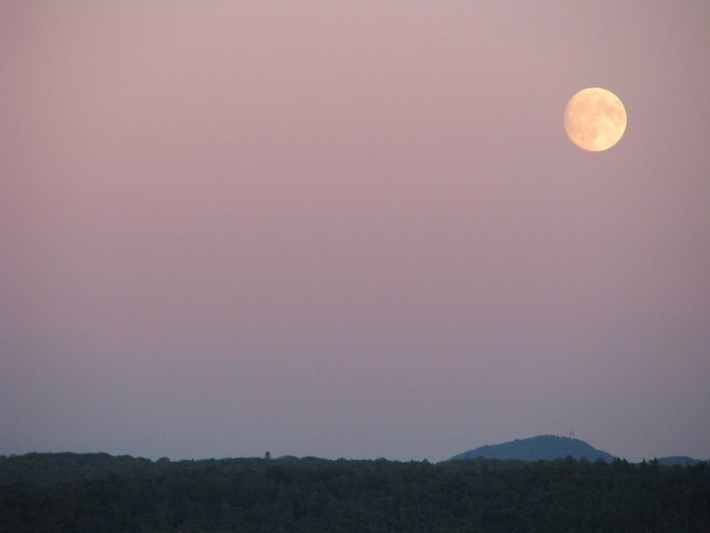 Mond in der Dämmerung