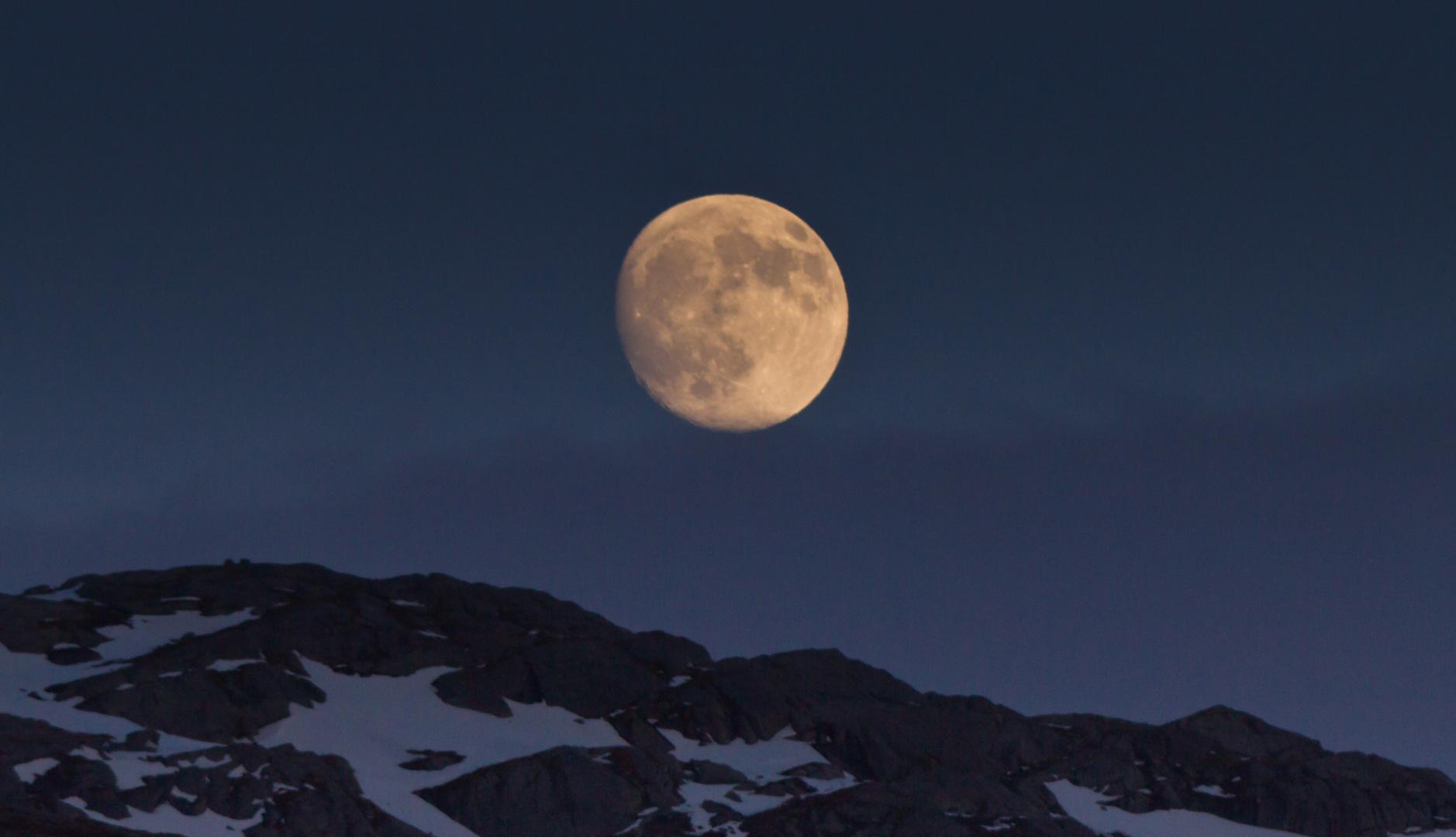 Mond knapp über dem Fjell