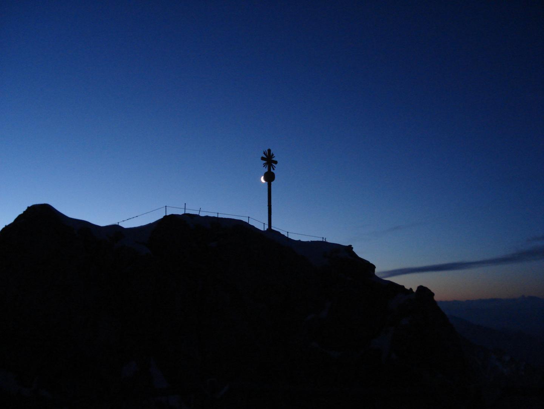 Mond küsst Gipfelkreuz auf der Zugspitze