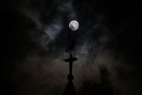 Mond mit Kirchturm