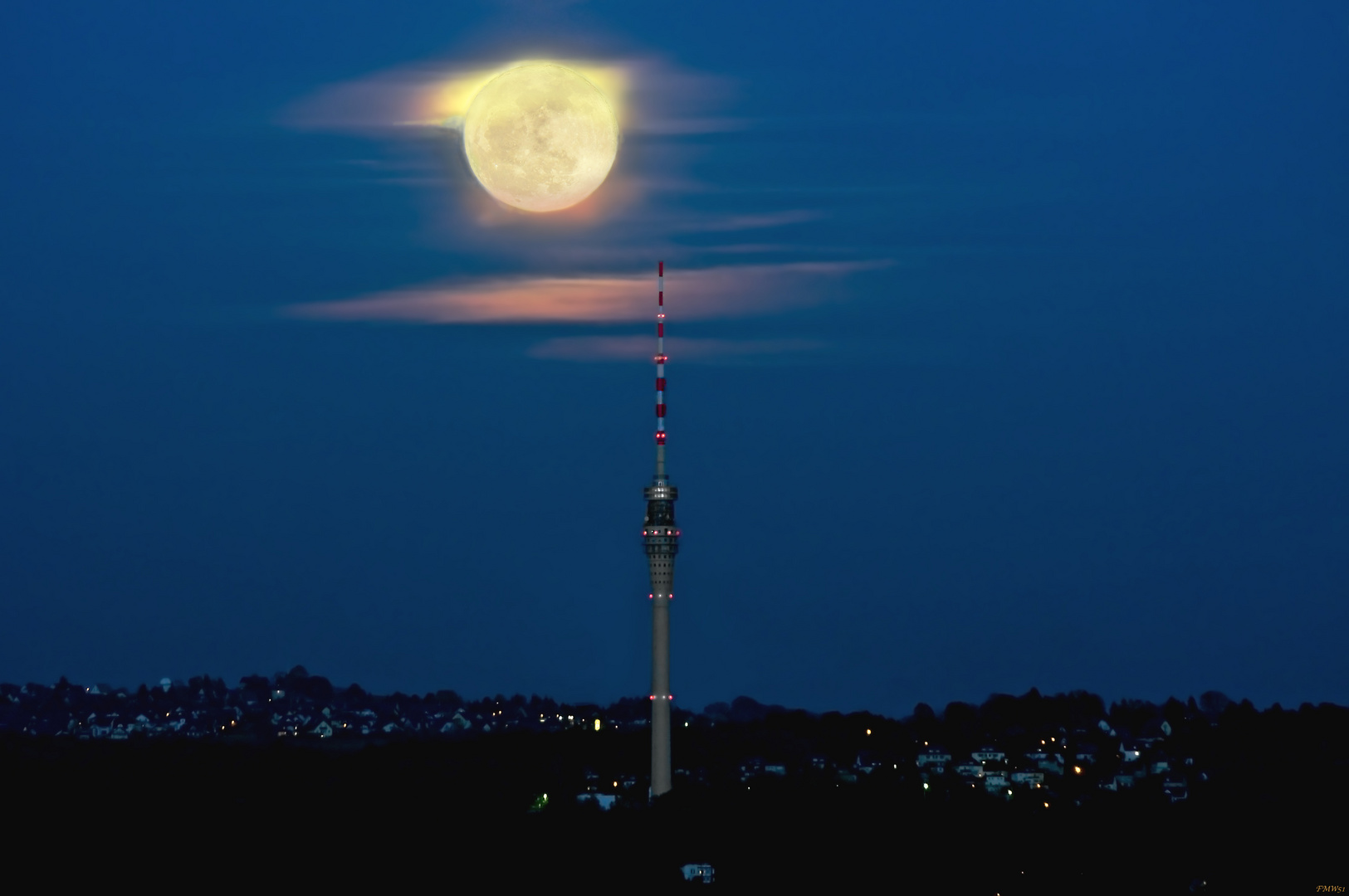 Mond neben Fernsehturm