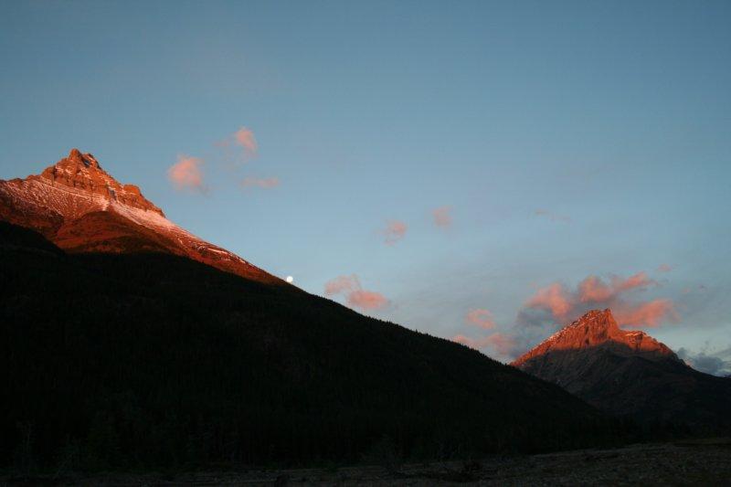 Mond rollt den Berg hinunter