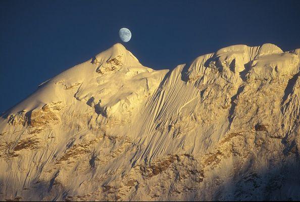 Mond über dem Baruntse
