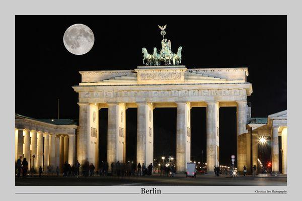 Mond über dem Brandenburger Tor