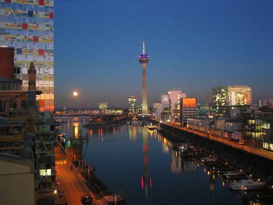 Mond über dem Düsseldorfer Medienhafen