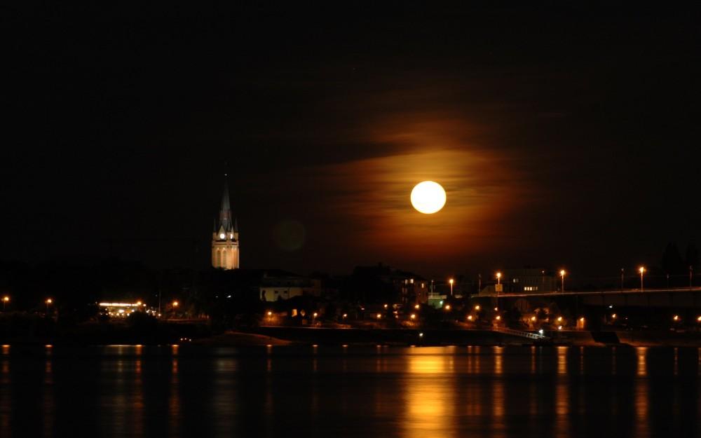 Mond ueber dem Rhein