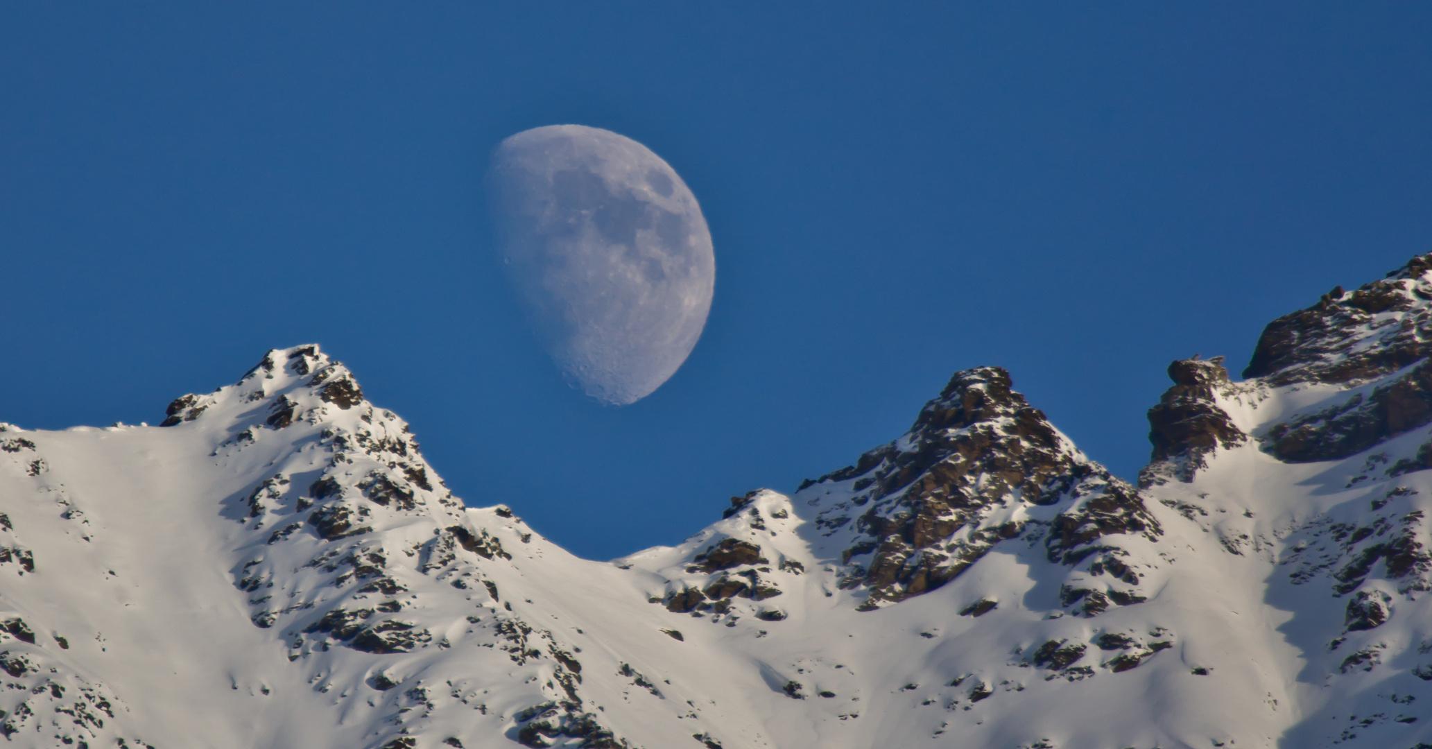 Mond über den Alpen