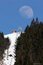 Mond über den Berg