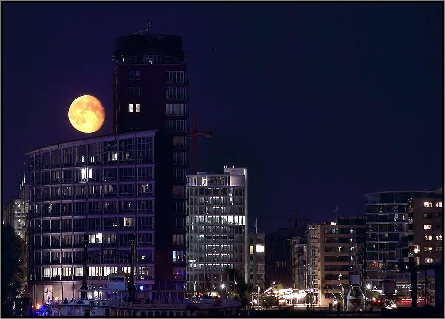 * Mond über der Hafen City *