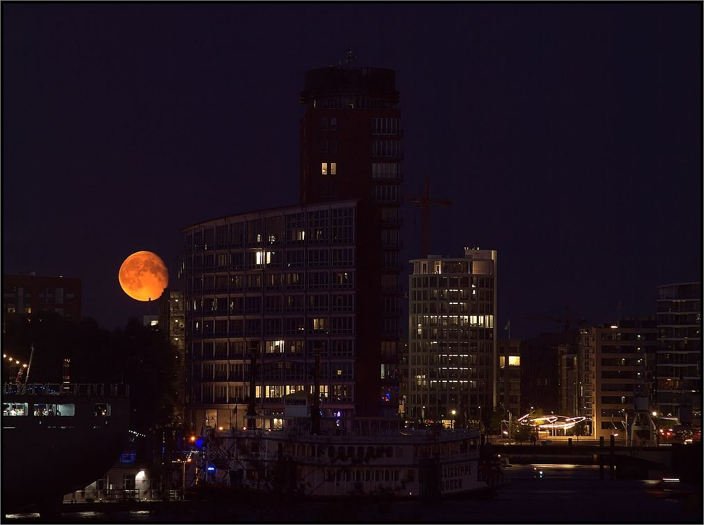 + Mond über der Hafen City +