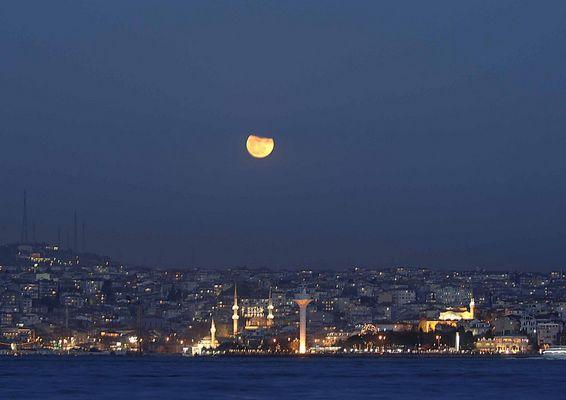 Mond über Istanbul