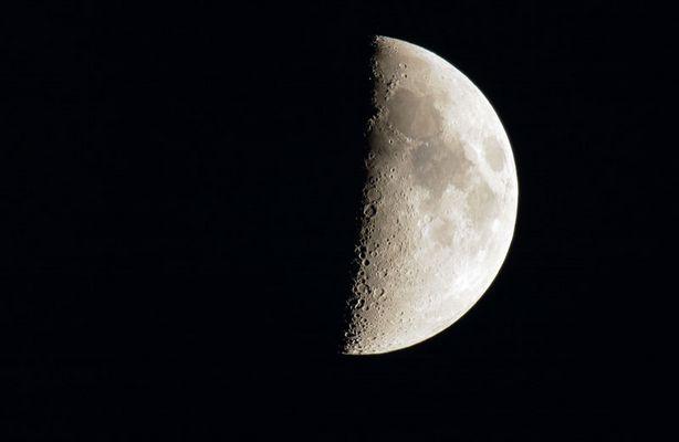Mond über Wilhelmshaven