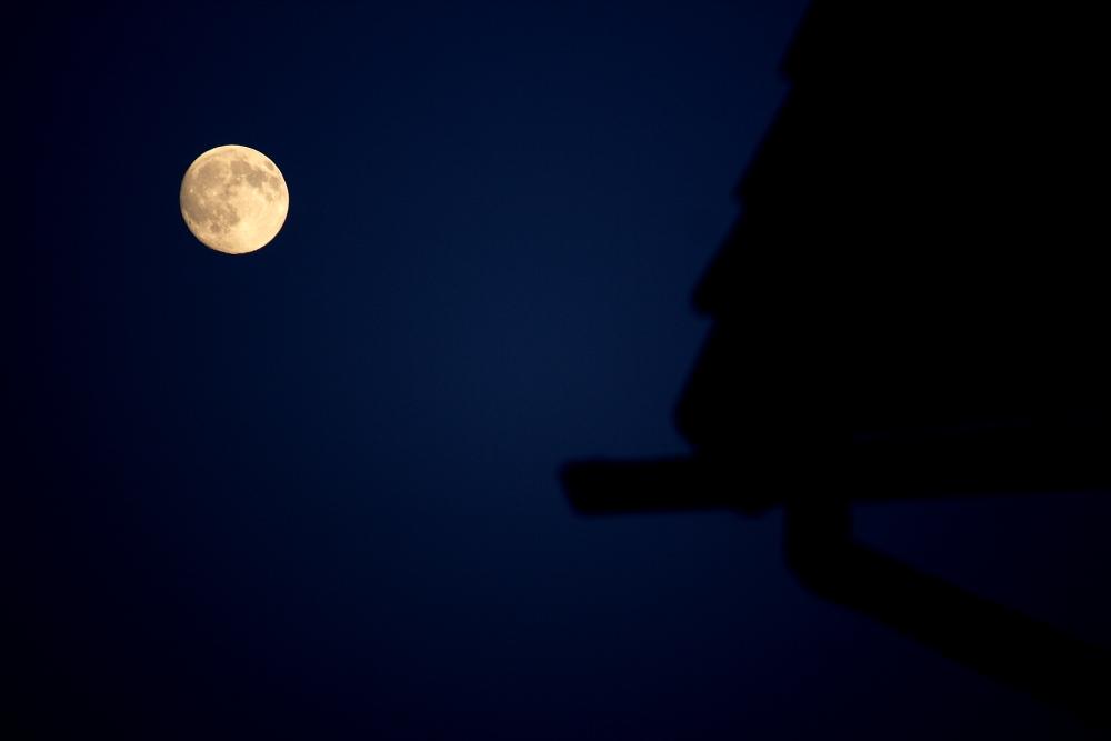 Mond über'm Dach