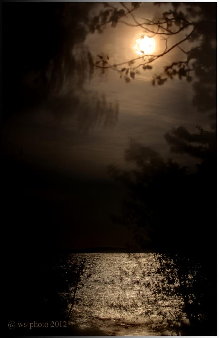 Mond überm See