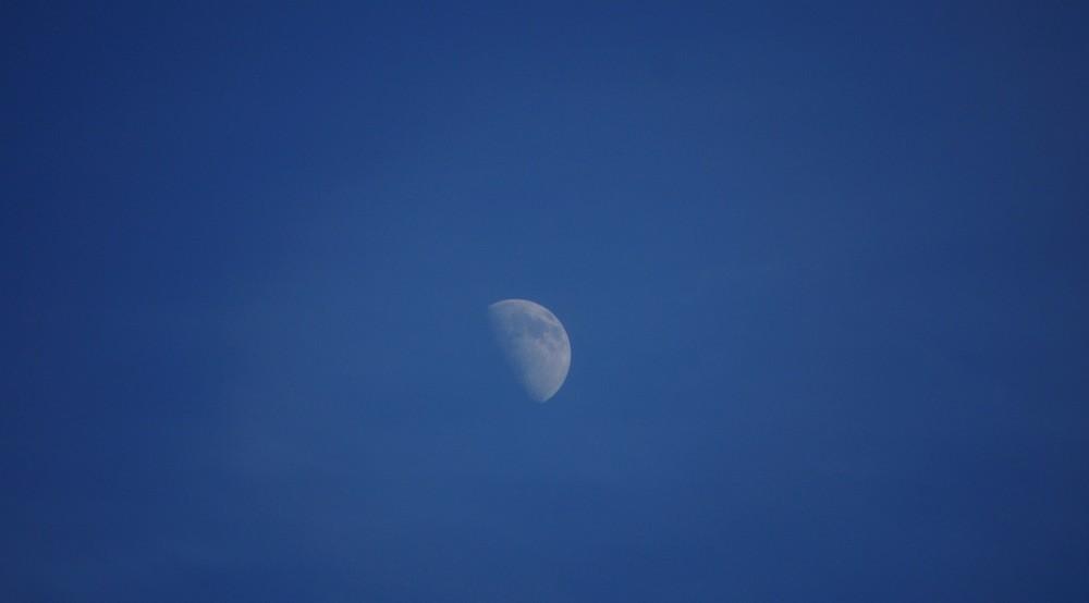 Mond um 3 Uhr Nachmittag