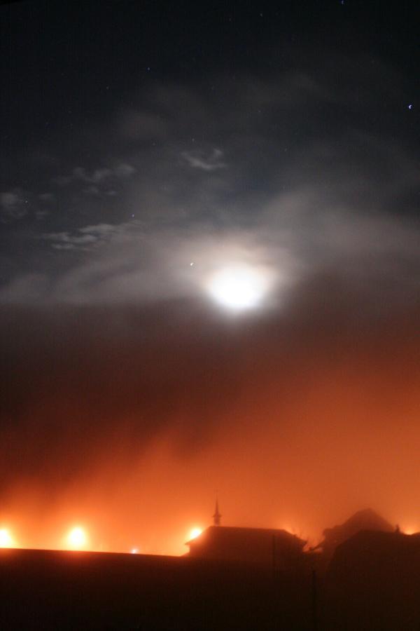 Mond und Dorfbeleuchtung