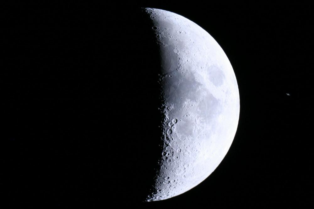 Mond und Saturn (rechts)