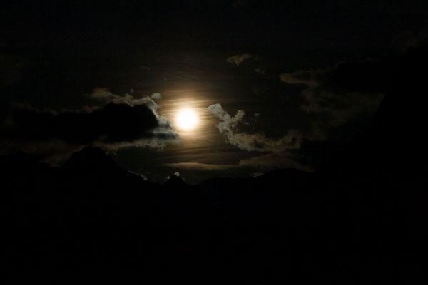 Mond, Wolken und Gebirge