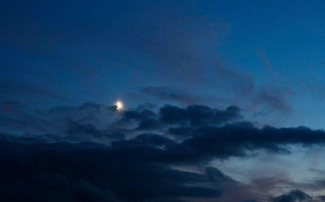 Mond zwischen den Wolken