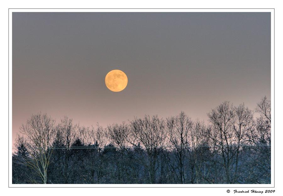 Mondaufgang an einem Winterabend