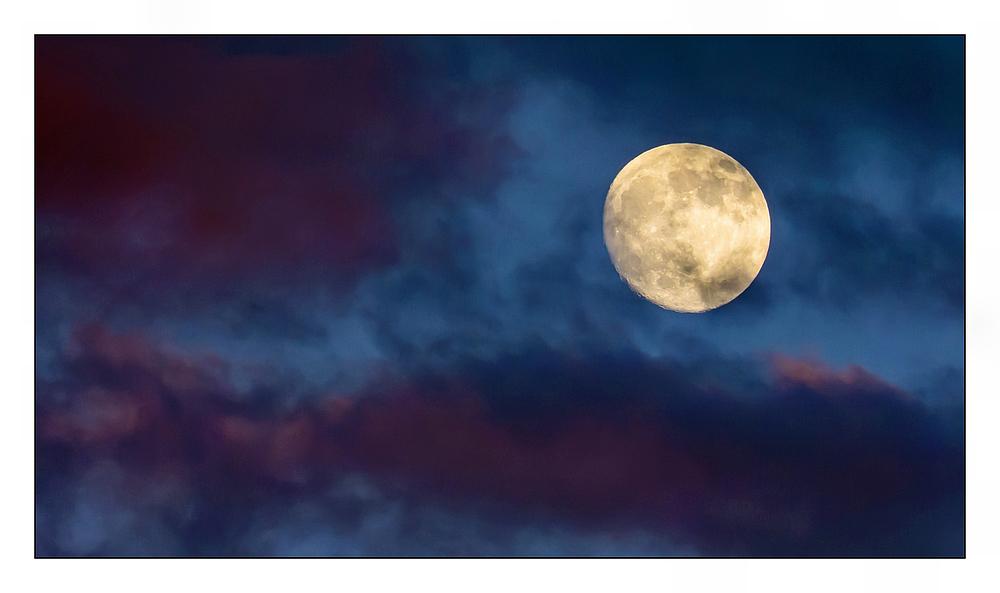 Mondaufgang im Sonnenuntergang