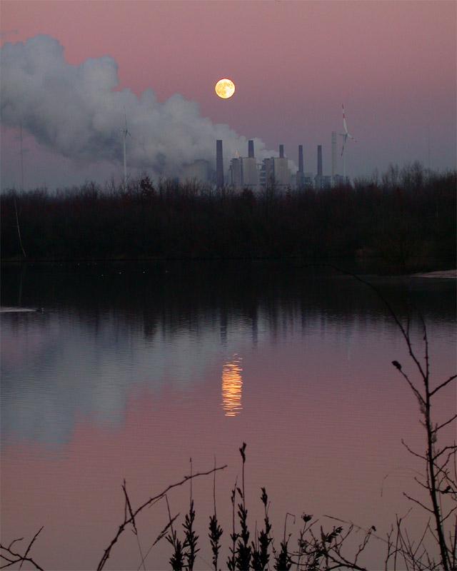 Mondaufgang mit Spiegelung im See