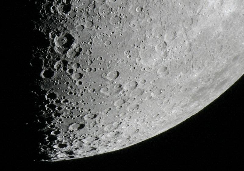 Mondkrater bei zunehmendem Halbmond