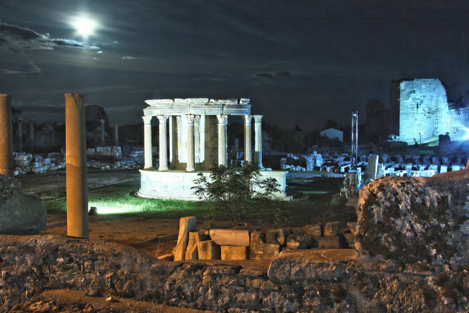 Mondschein über antiker Stätte