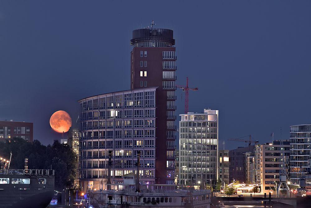 - Mondschein über der Hafen City -