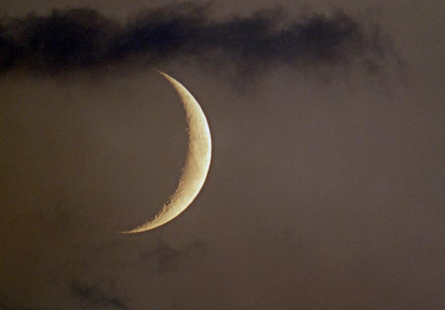 Mondsichel mit Wolken