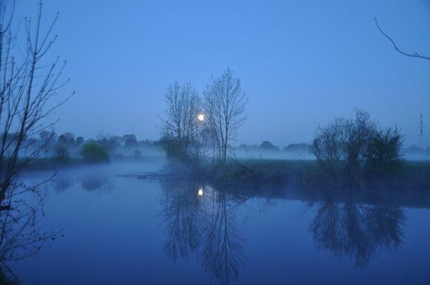Monduntergang über einen toten Lippearm bei Lippborg.