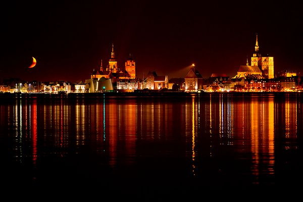 Monduntergang über Stralsund