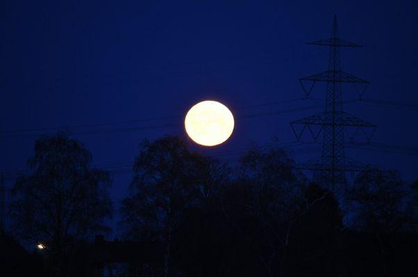 Monduntergang um 5.45 Uhr am Kohlekraftwerk Hamm-Uentrop