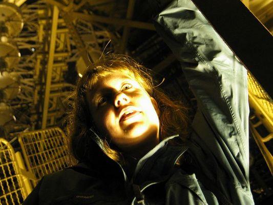 Monika im Innern des Eiffelturms