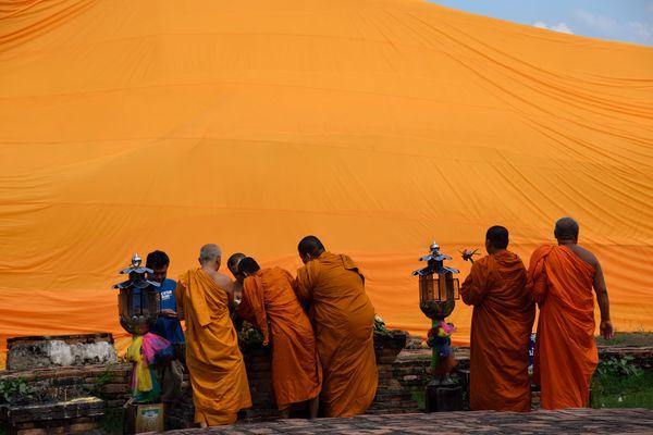 Monjes frente a el gran Buda acostado en Ayutthaya