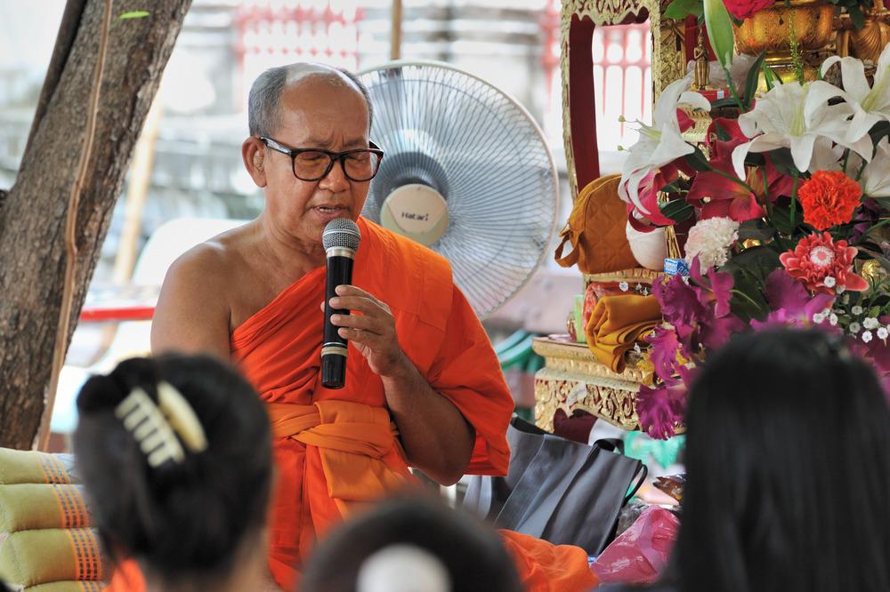 Monk at Wat Arun 04