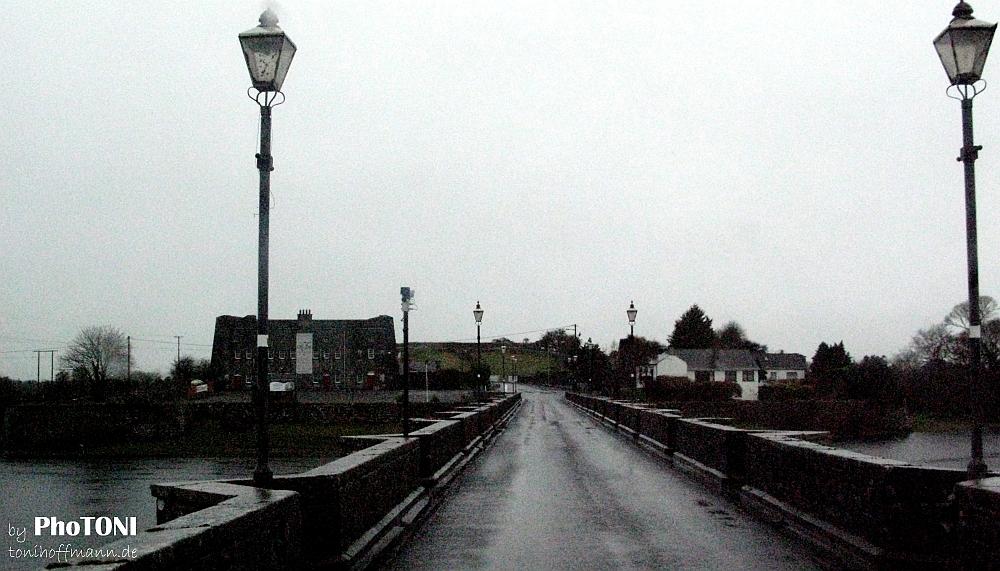 monochrome bridge