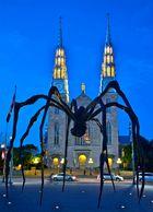 Monster-Spinne vor Kirche