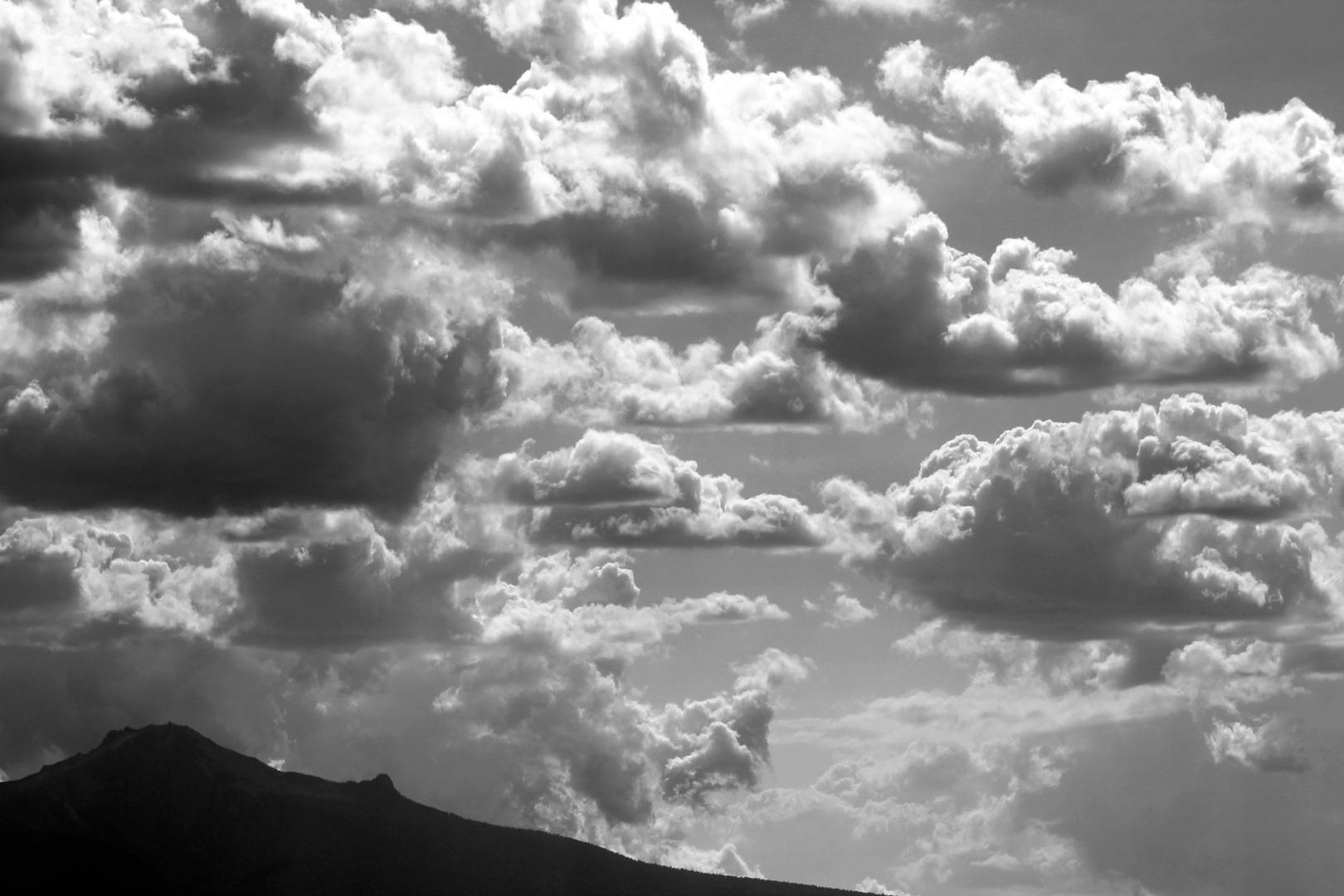 montaña y nubes