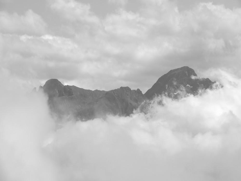 montagne au milieu des nuages