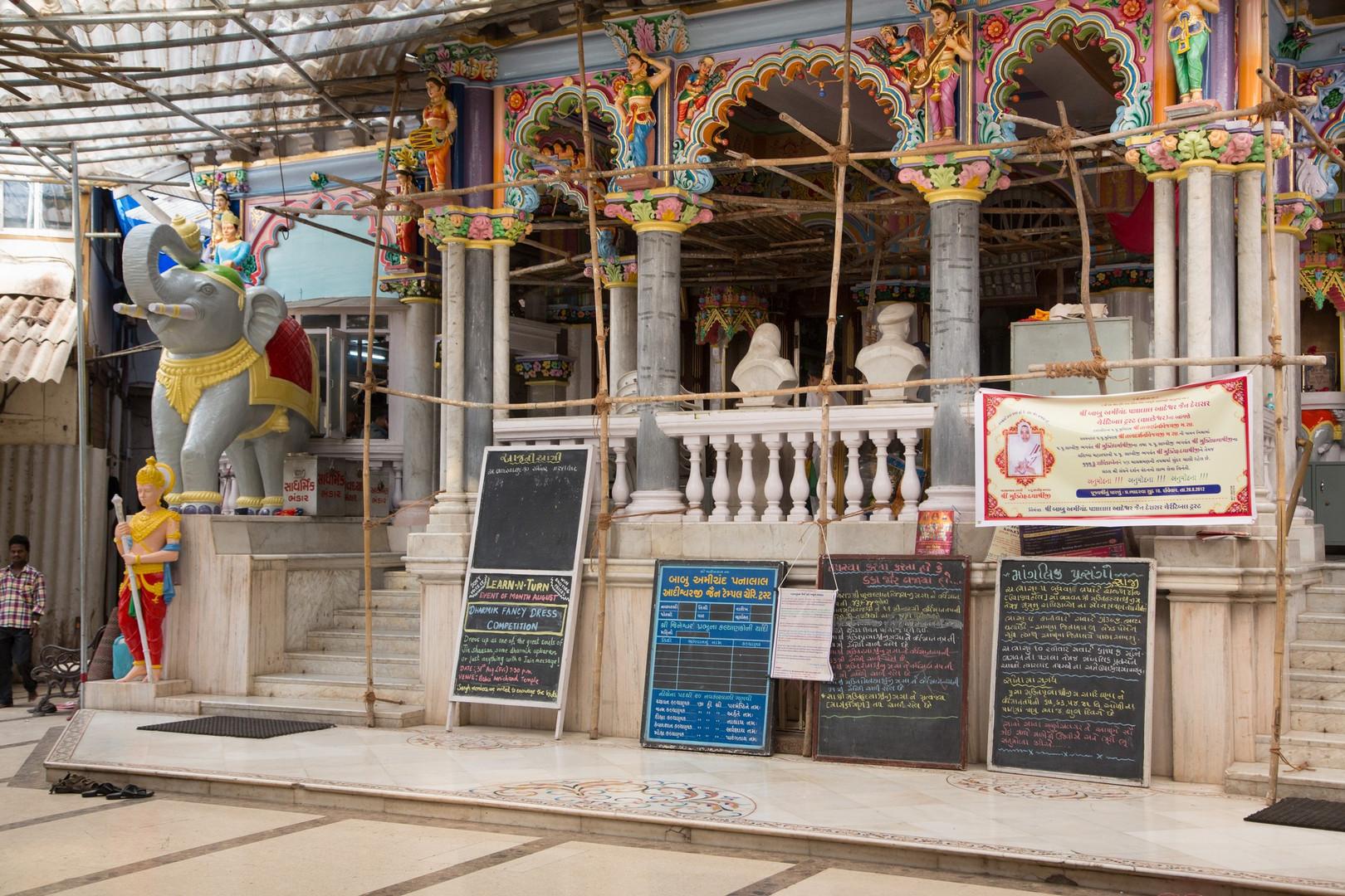 "Montée vers le lieu saint du temple Jaïn ""Babu Amichand Panalal Adishwarji"" à Bombay"