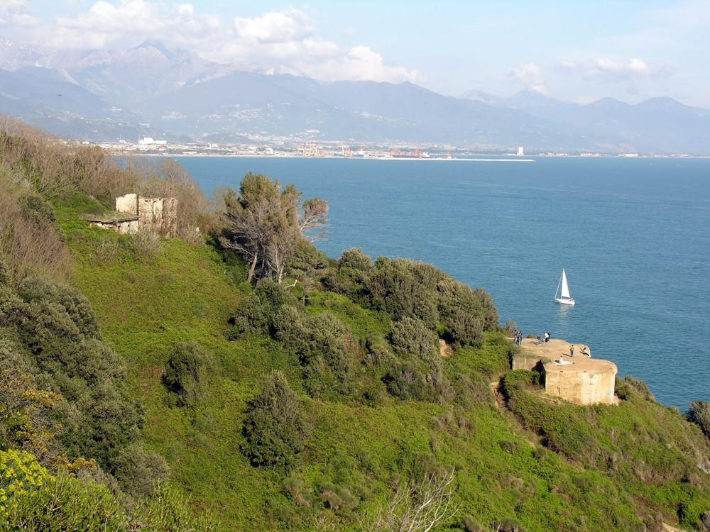 Montemarcello mit La Spezia im Hintergrund