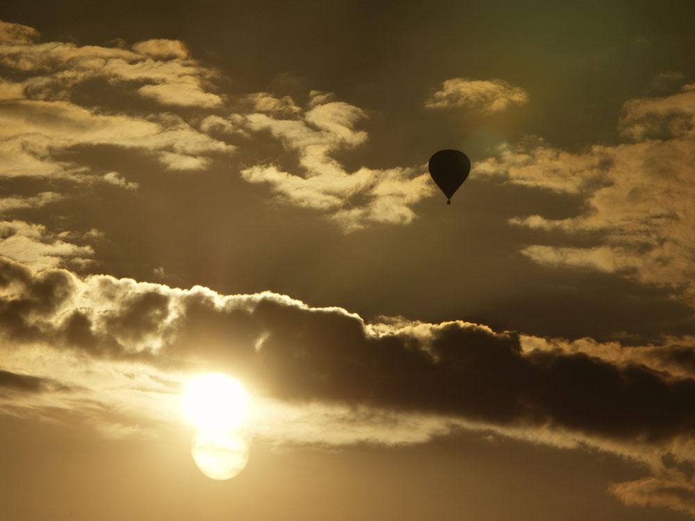 Montgolfière au soleil couchant