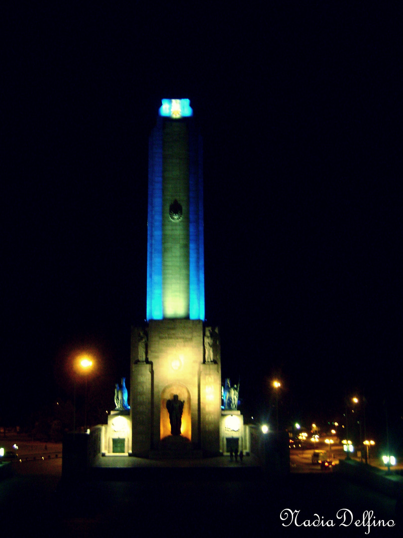 Monumento a la Bandera de noche .