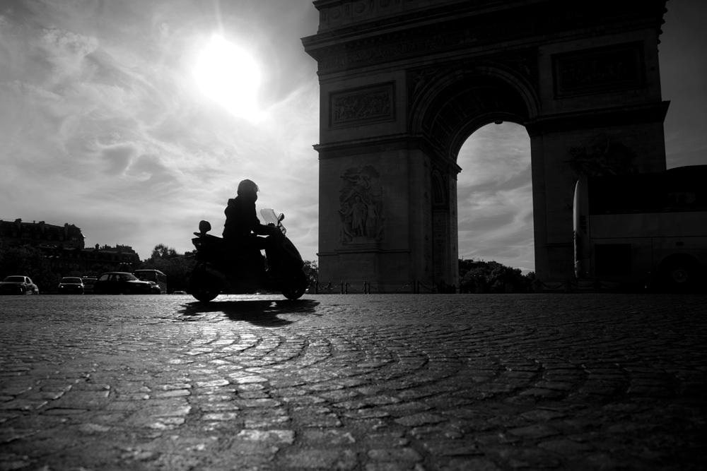 Moped und Kopfsteinpflaster...